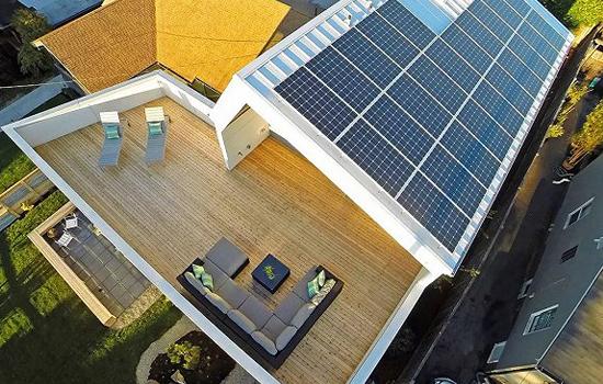 太陽能發電系統  那么未來,究竟以什么樣的建筑屋頂設計為主呢? 1、平屋頂設計 沒錯,這種大面積玻璃窗,整體混凝土構造,大而平的屋頂面積將是未來建筑設計的最流行趨勢,人們更注重室內與室外的自然融合,建筑的環保低碳。平屋頂的建筑將會具備最大的太陽能發電系統安裝面積,并且從發電效率的層面來看,這也是目前最高的屋頂設計。目前,國外的很多建筑平屋頂設計已經開始流行起來,大家已經不再需要封閉的室內和浮夸的屋頂瓦面,與自然的結合才是人類最舒適的居住環境。 2、玻璃窗的設計 當然,在追求創意的道路上,始終會有思維更加跳