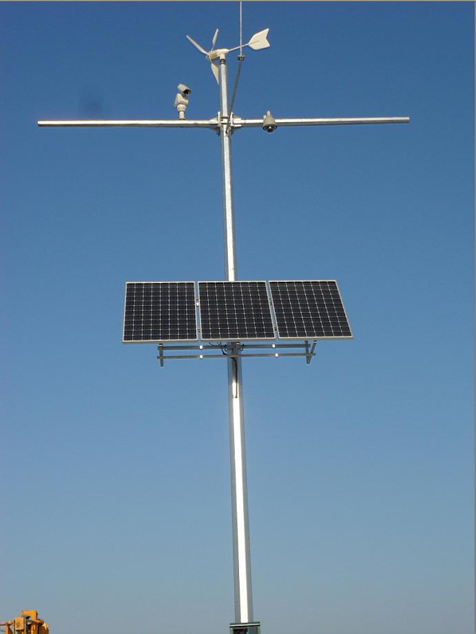 系统最重要的是控制部分,一般有两种模式:一是选用一台风光互补控制器,控制风机和太阳能板发电及充电情况,二是选用一台太阳能控制器加一台风机控制器,这种模式比较稳定,当一个控制器出现故障时,另一个控制还可以工作。因此我司建议使用一台太阳能控制器+一台风机控制器来完成系统充放电功能,负载接在太阳能控制器的负载段。 风光互补供电系统构成:  技术参数 太阳能供电系统能为设备提供24VDC、12VDC、24VAC等所需的工作电压。   单晶硅光伏组件基本技术参数 电池板组件:采用单晶硅电池。 组件转化率不低于17%